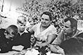 Тёща Юрия Пасменко Мария Ильинична и её воспитанники на встрече с Гагариным