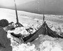 Самая первая фотография найденной палатки. Эксперты считают: здесь четко видно, что снег на крышу просто намело