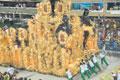 Пока одни танцуют, другие толкают по Самбодрому тяжеленную конструкцию