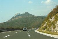 Обычный пейзаж на хорватской трассе: справа скала, слева обрыв